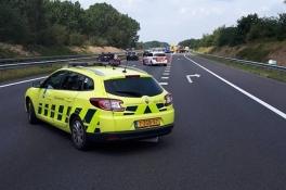 Politie verbijsterd over automobilisten A73: 'Soms reden ze tussen de hulpverleners door!'