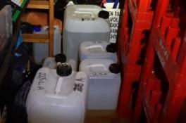 Ruim honderd liter grondstoffen voor speed gevonden in een vakantiehuisje in Overloon