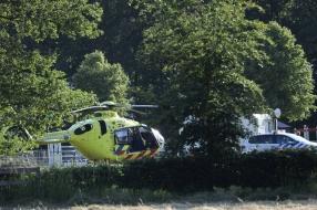 Amazone valt van paard, zwaargewond naar ziekenhuis gebracht