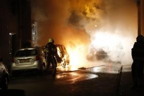 Flinke schade aan auto's en huis door brand in Grave