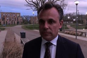 Situatie voor kinderen op AZC moet beter: staatssecretaris Harbers bezoekt AZC Grave