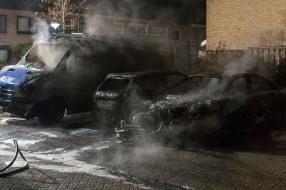 Twee auto's en een bestelbus door brand verwoest in Grave: 'We hoorden een auto wegrijden'