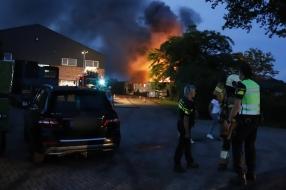 Uitslaande brand in woonunit bij frambozenkwekerij in Gassel