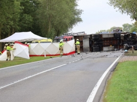 Dode bij ongeluk op N321 bij Escharen, gekantelde vrachtwagen blokkeert de weg