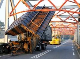 Vrachtwagen rijdt zich klem op brug naar Nederasselt